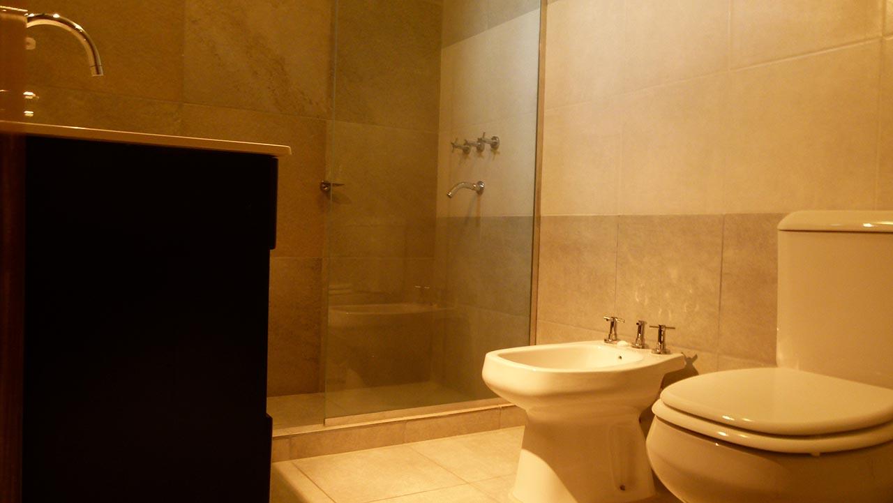 Baño con vanitory. Baño con espejo y accesorios de calidad 12c6c29dcfb6