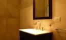 Baño con espejo y accesorios de calidad