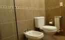 Baños amplios con diseño moderno