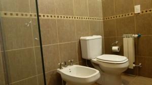 Baños amplios con diseño moderno - Hotel DECLA - Villa Carlos Paz ... 6c4844fb6c31