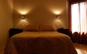 Habitación doble con mesas de luz